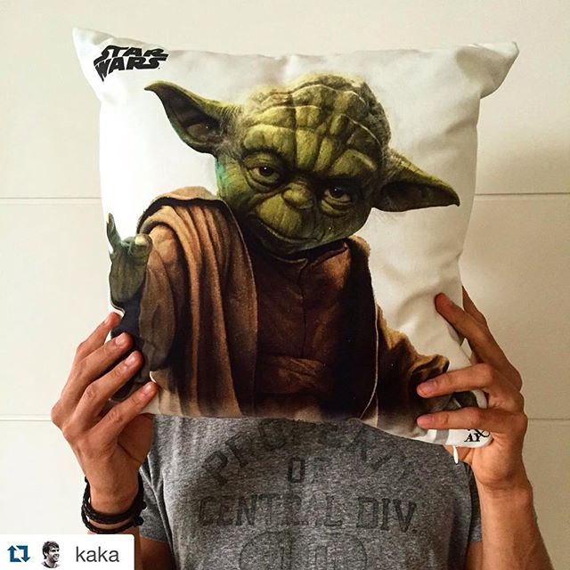 Nosso querido @kaka, fã do Yoda! We love star wars, just as well as our dear friand @kaka #starwars #cushions #almofadas