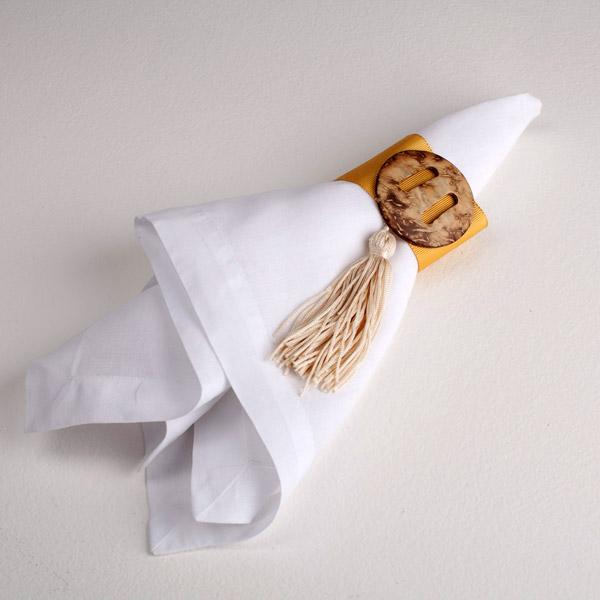 Fita amarela (4cm) com medalhão de coco e pingente