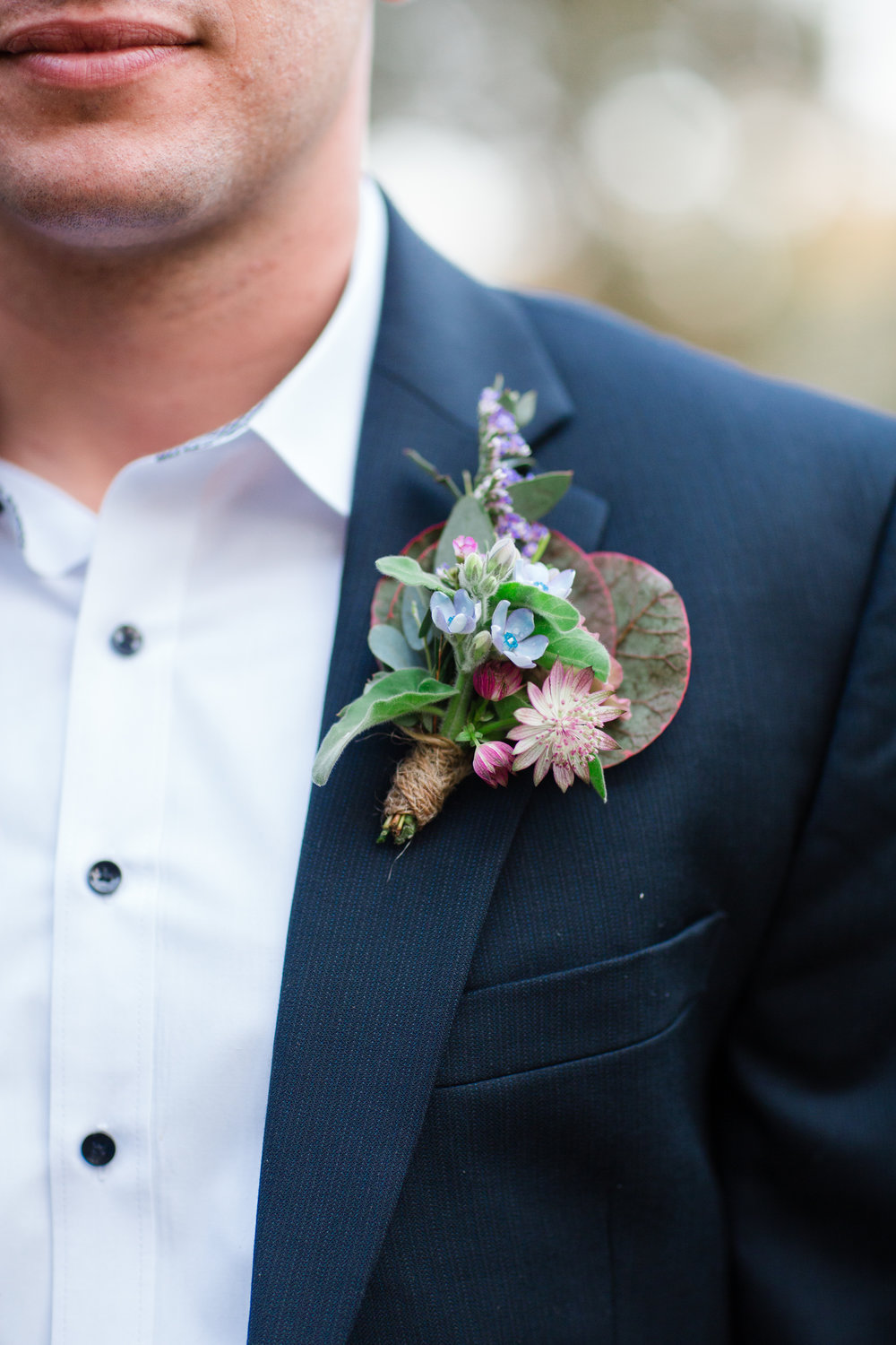Groom's Boutonniere by TEXTURE Florals | Photo: Asya Photography