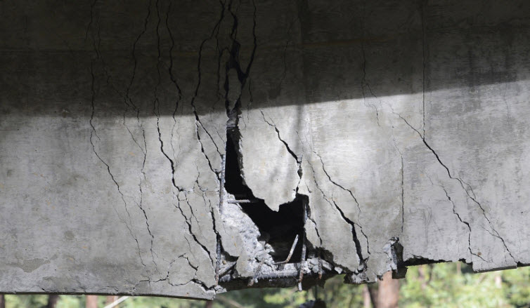 Rebar is visible inside a large crack which sags down on the Pfeiffer Canyon Bridge on Highway 1 in Big Sur on Wednesday February 22, 2017. (credit: David Royal - Monterey Herald)