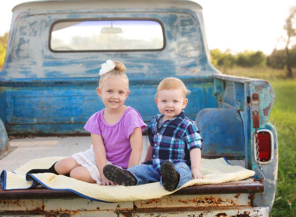 kansas city baby photographer vintage truck pictures sibling photos cute kid photos kansas city overland park kansas olathe gardner brother sister