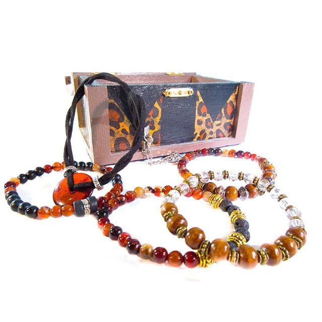 The safari Mami treasure box 🖤 This beautiful treasure set is made with very special stones&beads. The Necklace is made from a fossilized resin and helps balance emotions, while clearing your mind of negative energy.  Wooden & agate beads also add protective and grounding properties 🙏🏼 Every #BellaLunaTreasure box is more than just jewelry. It's something truly special from us to you! We want to shower you in an unforgettable gift experience that is completely unique. 🖤