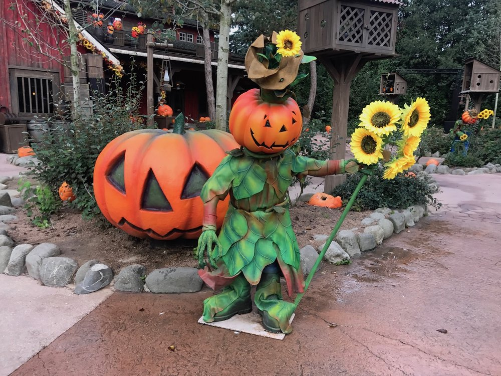 disneyland-paris-halloween-decoration.jpg