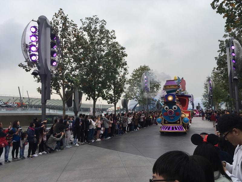 shanghai-disneyland-parade-line.jpg