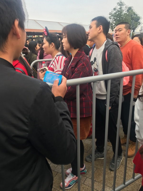 shanghai-disneyland-scalper.jpg
