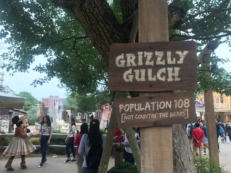 hong-kong-disneyland-grizzly-gulch.jpg