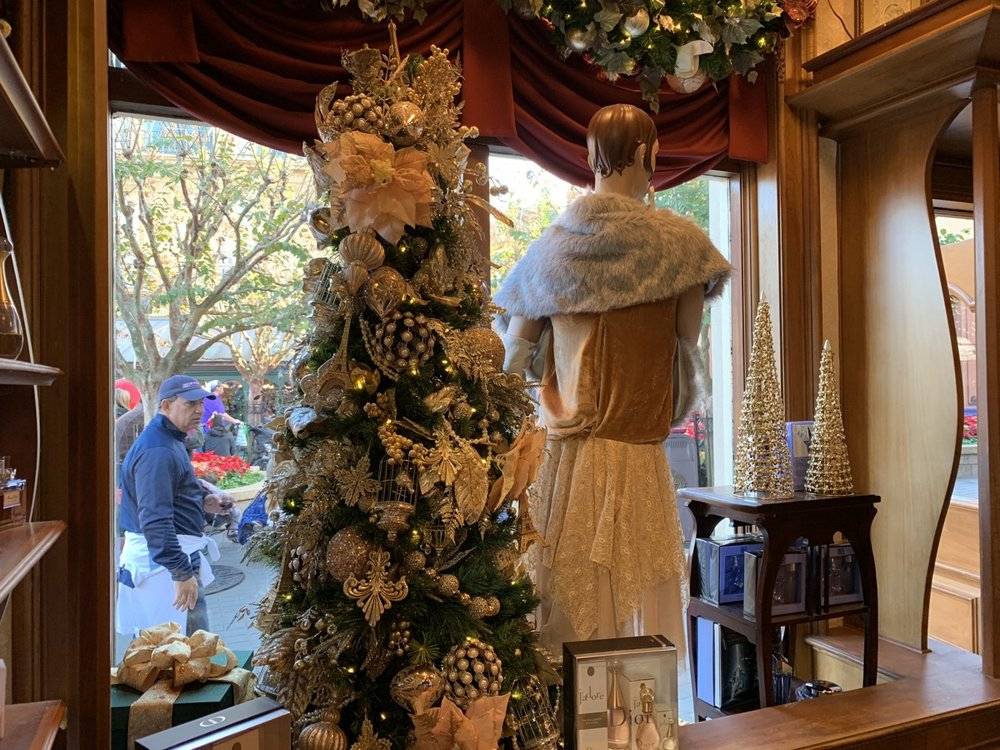 epcot france christmas 6.jpeg
