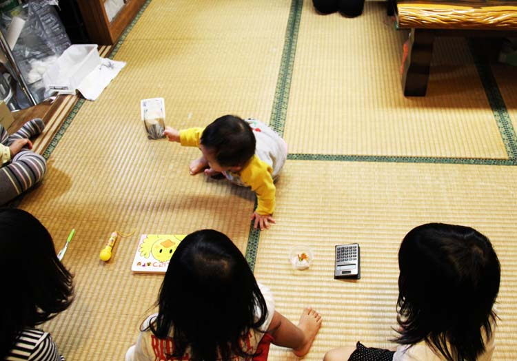 Many Asians have this tradition that 'predicts' the future of their kids base of items they would pick during their birthday . This baby shows an affinity towards money. (image from Japanupdate.com)
