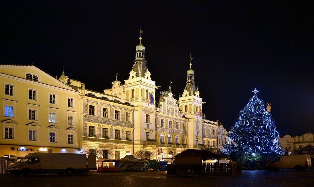 Pardubice_(Pardubitz)_-_town_hall_by_night.JPG