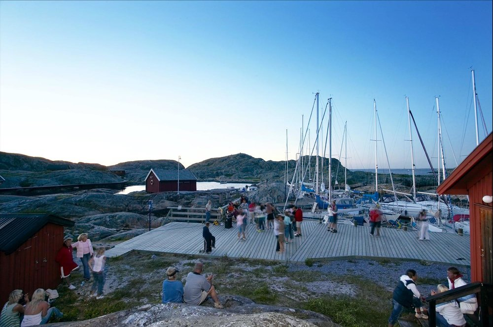 It is typically Scandinavian to    DANCE IN CLOSE EMBRACE    on the piers