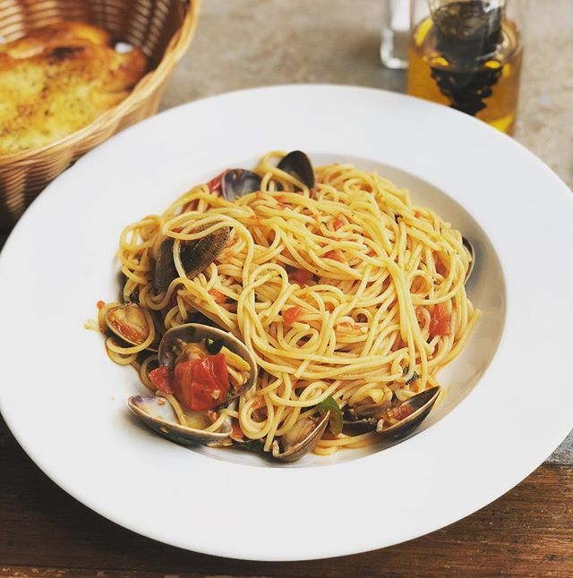 Jose the head chef here at L'Antipasto has just created a list of new specials for the week..here's one of our most popular pasta dishes..spaghettini with fresh clams in a tomato and chilli sauce..it's delicious..come and try it for yourself 😊 #spaghetti #fresh #clams #sunday #new #specials #london #restaurant #battersea #instafood #foodporn