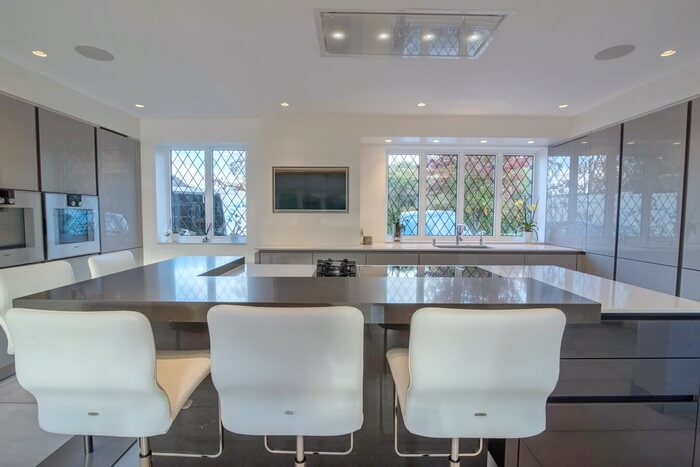 luxury-fitted-kitchen-handleless-glass-London2_2.jpg
