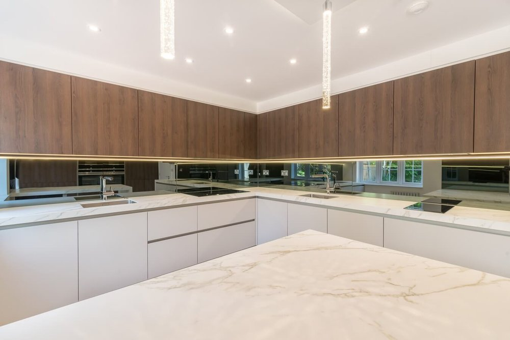 Wood-Grain-Kosher-Kitchen-By-Schuller-Mirror-Splashback.jpg