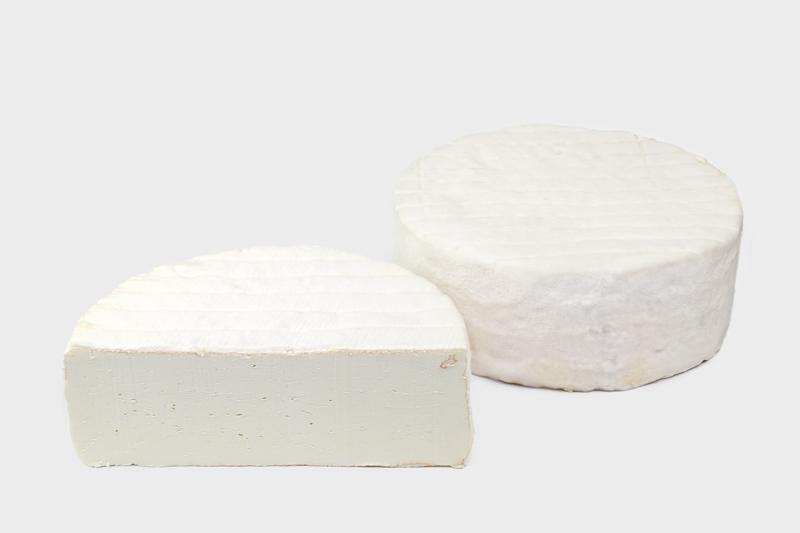 florence - – Natuur –Een romige, handgeschepte geitenbrie met een mooie witschimmelkorst. De moederkloek van de Karditsel famile, zacht van smaak aan het begin van de rijping en karaktervol in een latere fase.Romige geitenbrie