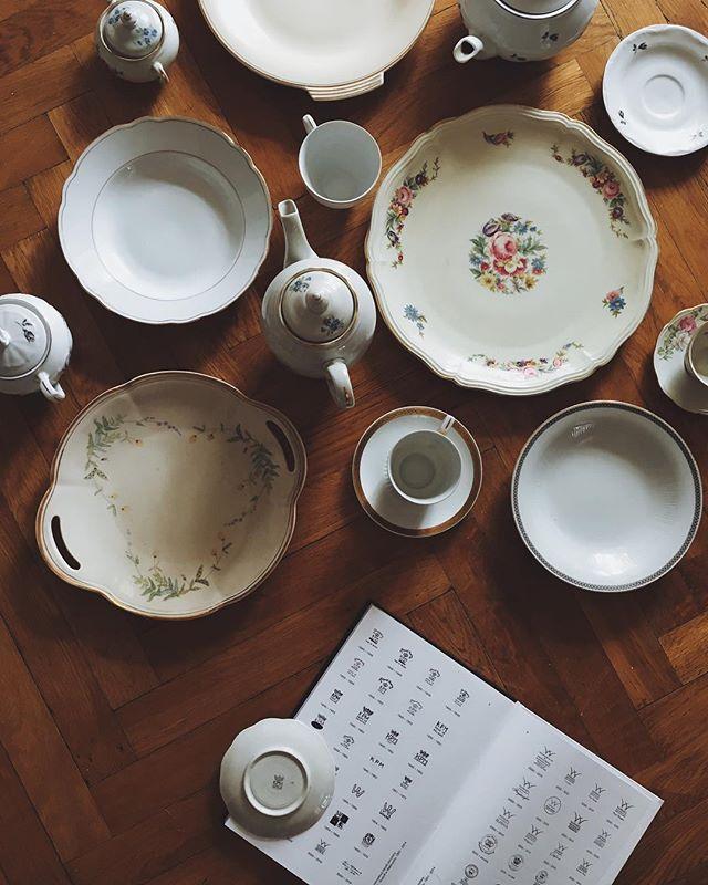 Często nie zdajemy sobie sprawy jakie perełki zalegają w rodzinnych kredensach. Na Delicjach zebrałam wszystko co wiem o szacowaniu wieku i wartości porcelany, ale również o tym jak o nią dbać.
