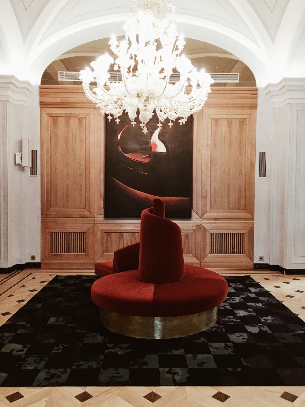 Lobby. Oryginalna secesyjna sofa zachowana z czasów Hotelu Europejskiego i obraz Wilhelma Sasnala