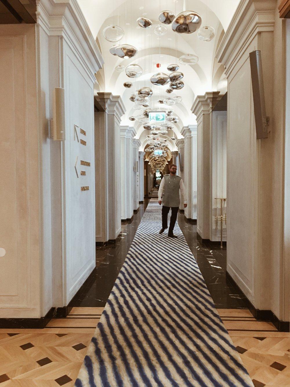 Lobby.  Milky way  instalacja świetlna Filipa Houdeka składająca się ze 160 elementów symbolizujących 160 lat najstarszego polskiego hotelu oraz dywan z wzorem Tarasewicza.