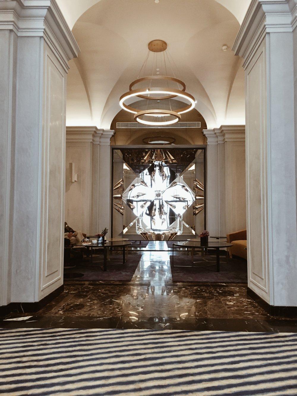 Na ścianie został zawieszony oryginalny żyrandol z dawnego Hotelu Europejskiego, który ponownie wpisał się w wystrój w formie oprawionego lustrami kalejdoskopu.
