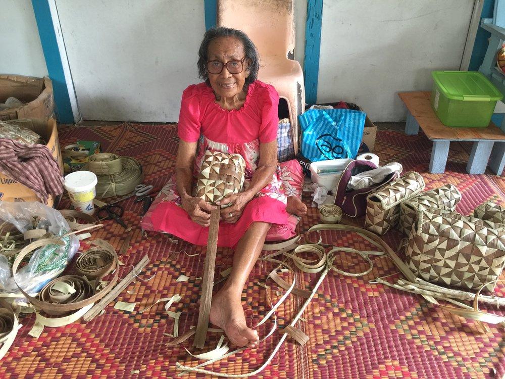 Tinā matua Nātia Manō Faʻaseʻe Tautua in her studio, courtesy Léuli Eshraghi