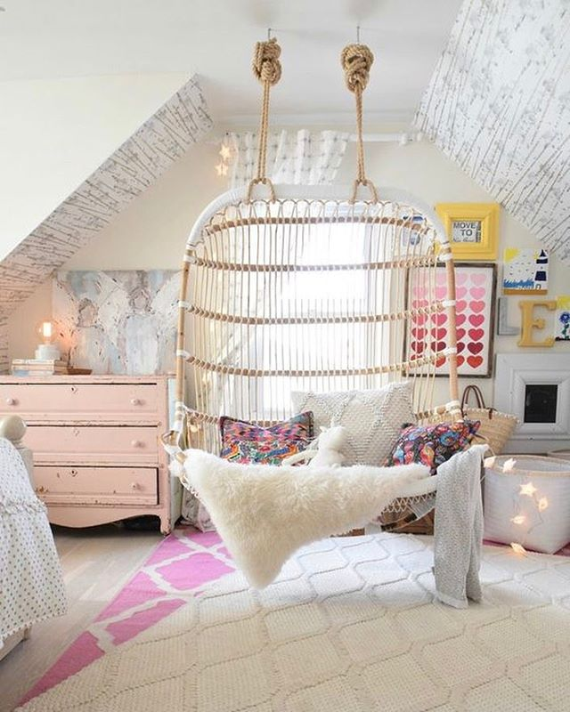 Today on 22Crowns.com we're showcasing kids spaces with hanging rattan chairs + a round-up of hanging chairs starting around $250! {📷 @nestingwithgrace}