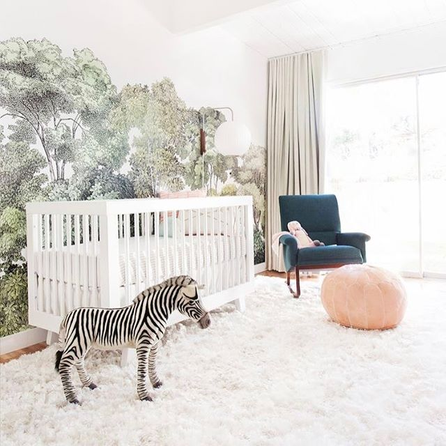 Feeling this bright, fun nursery!  And that wallpaper 🙌🏽🙌🏽🙌🏽 {📷 @em_henderson}