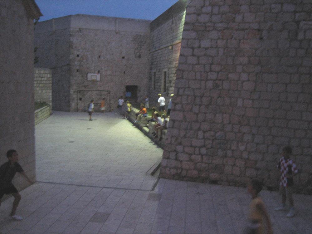 Beispiel Dubrovnik: Platz neben der Stadtmauer