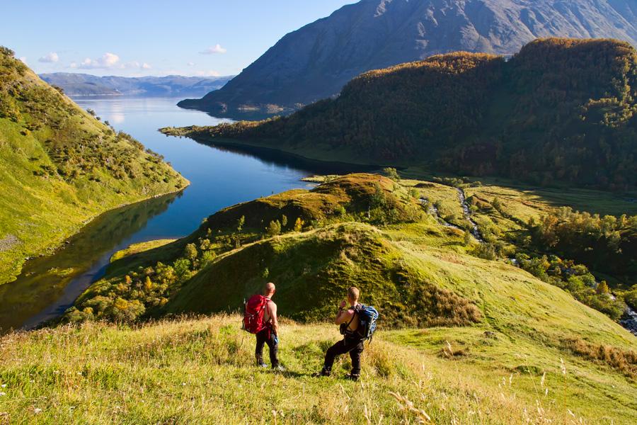 Den vakre Bekkarfjorden med de grønne dalsidene er lokalisert på øyas sørøstlige side. Foto: Jan Hugo Salamonsen