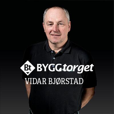 Vidar Bjørstad hos Knarrlagsund Byggvare tar nå over tegningen og sammen med Åshild begynner jakten på de rette byggevarene.