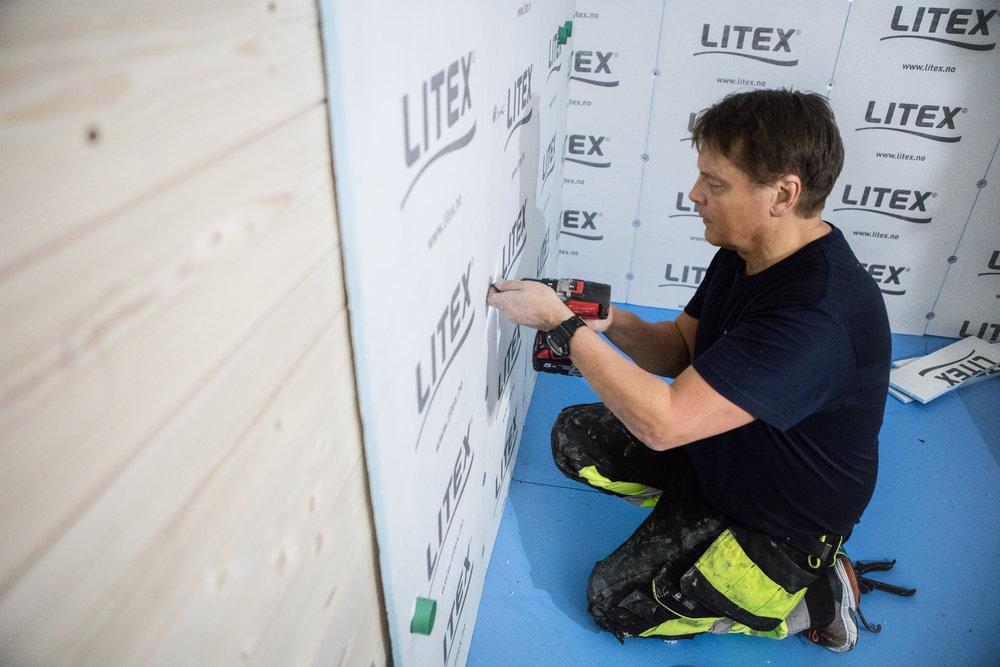 Med Litex på laget, blir TidForRom-badet ferdig en uke før tiden. Per Ole fant opp platene og kom like godt selv til Hitra for å montere.