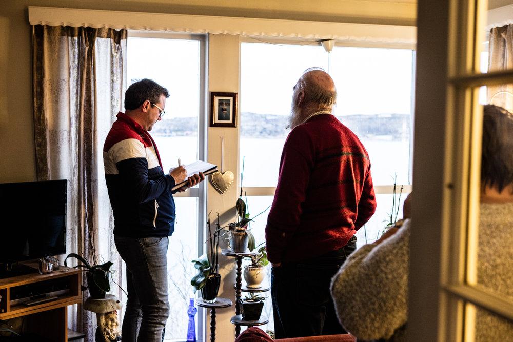 - Ser du Frøya, da er utsikten enda mere verdt, spøker megler Eskil Wahl og sammen med Ragnar Inderøy nyter de den flotte utsikten sammen.