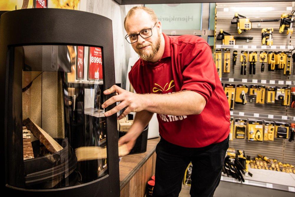 Byggern har også til en hver tid et rikt utvalg av vedovner på lager. Om pipa er gammel og trenger en innsats satt inn av stål, ja så ordner Lars Morten dette for deg også.