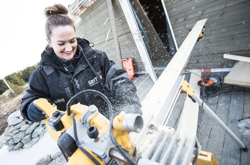 Janne i Grytvik Snekkerservice kapper panelbord i riktig lengde til soveromsveggen på hytta.