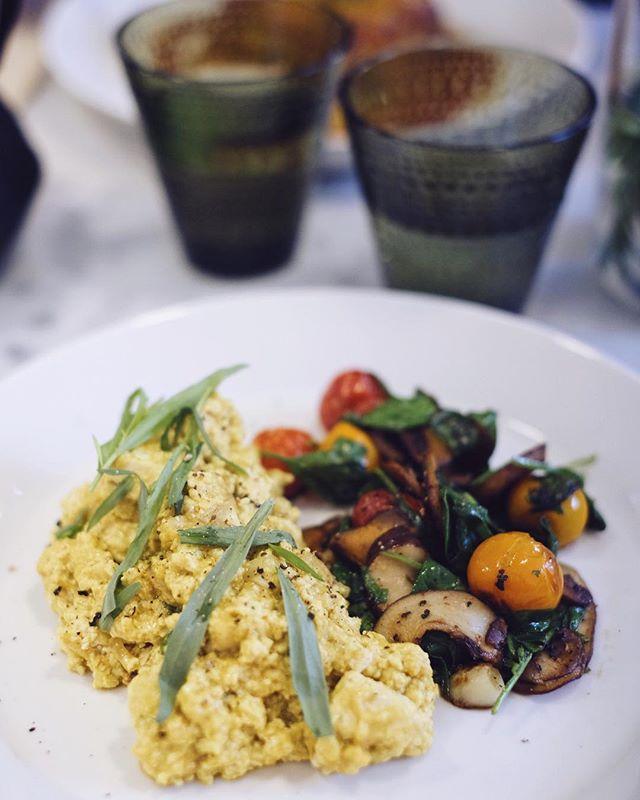 My kind of scrambled eggs 😍 • #tofuscramble #veganscrambledeggs #hartantwerpen #beetsnroots #veganbreakfast
