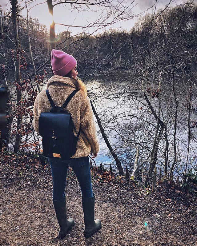 Recht van Zweden, tot onder de kerstboom; mijn nieuw vegan lederen rugzakje van @gastonluga🎄😍 Ik voel mij terug een tiener, klaar voor school, met zo'n rugzakje op mijn rug, maar ik neem hem overal mee naartoe! Om te gaan wandelen in het bos of in de stad, of naar meetings (want hey, dat hebben we efkes laten passeren, maar I'm a girlboss sinds deze week 😳😅🤭🤓), ... Dan kan mijn linker schouder effie recupereren van die veel te zware handtassen 🤷🏽♀️ Er kwam ook een kortingscode bij voor als jullie er zelf ook eentje willen; gastonluga.com ⇢ code 'BEETSNROOTS' 🎁 Merry Christmas allemaaaaaal !! 👯♀️ • #beetsnroots #anywherewithgl #glwashere #gastonluga #gastonlugabe #christmaspresent #veganbackpack #veganleather #swedishdesign