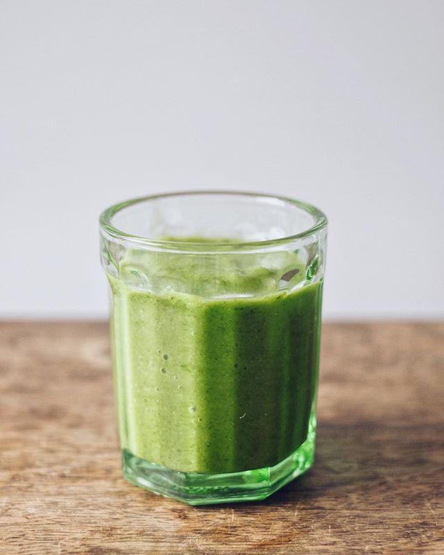 De eerste groene smoothie van het jaar! En groen was hij 🌱😅 Veldsla, gember, citroen, komkommer, avocado, water en psylliumvezels. Groene groenten omdat: ze vol zitten met vitaminen, mineralen, magnesium, een massa aan onoplosbare vezels en veel ander Chinees. Kort samengevat zit er alles in waardoor goede bacteriën zich kunnen vermenigvuldigen en de slechte bacteriën basically niet kunnen overleven. De ideale Detox na de feestdagen! Daar doe je het voor, toch? 🤷🏽♀️ Geïnspireerd door het aller-interessantste boek @food_pharmacy Als ik je 1 boek aanraadt is het dit wel! Zo waanzinnig interessant 😵 • #beetsnroots #greensmoothie #foodpharmacy #kebnekaisesmoothie #detox #greendetox
