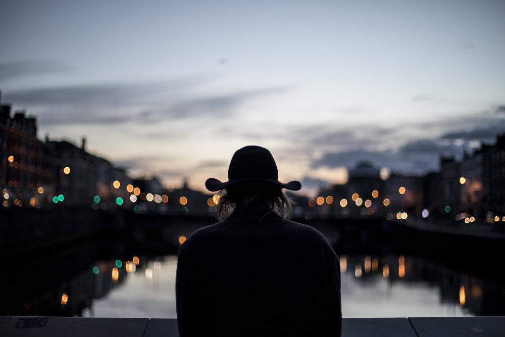 hombre sombrero río