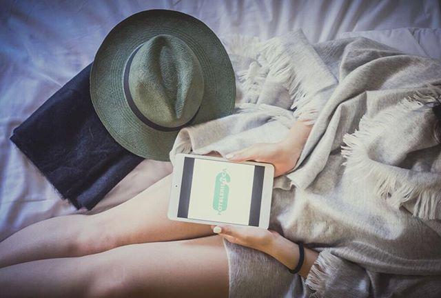 Empieza el día, a planificar! 💻📝✈️ #alpaca #scarf #bufanda #estola #echarpe #poncho #alpacaclothing #sombrero #panamahat #pajatoquilla #toquillastraw #wool  #lana #hechoamano #handmade #luxuryhandcraft #awana #primavera #spring
