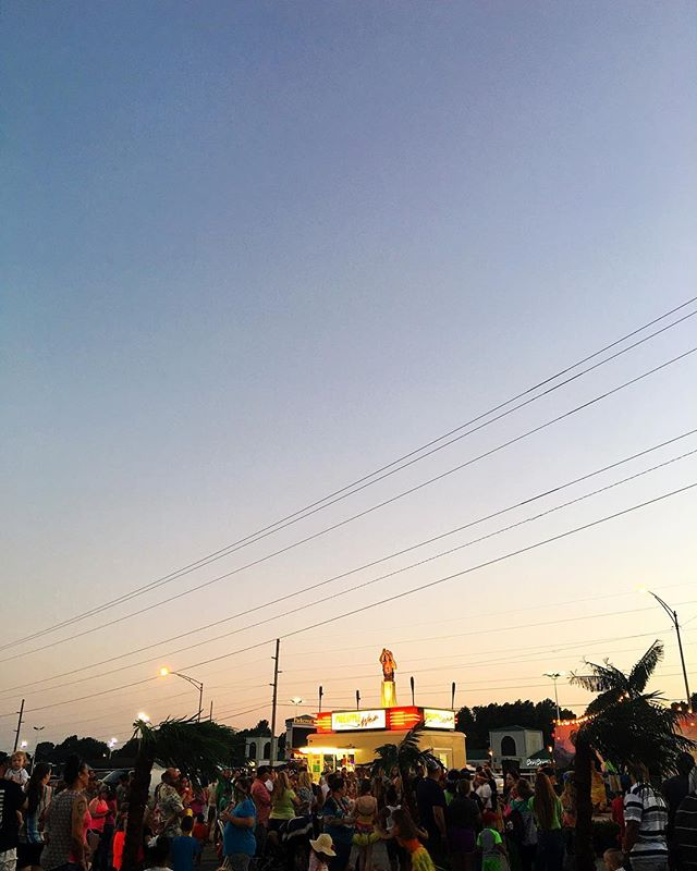 Quite the luau tonight @pineapplewhip in Springfield! Samoan dancers, limbo contests, sand pit, faux palm trees...and pineapple whip! Such a beautiful evening and a festive little parking lot party! 🌴🍍🍦 . . . . #lovespringfield #pineapplewhip #watchmewhip #saturdayfeels #saturdaynight #treats #midwestbloggers #curate417 #happilymidwest #saturdayshenanigans #chasingthelight #thegramgang #photooftheday #acolorstory #abmlifeisbeautiful #thehappynow #luau #parkinglotparty #dusk #sunset #417land #hula #tropicalvibes