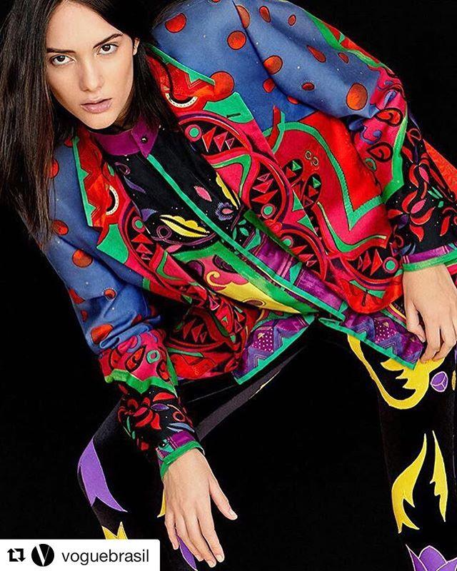 """#Repost @voguebrasil (@get_repost) ・・・ Homenagens em torno de Gianni Versace devem pipocar em todo o mundo em julho, quando se completam 20 anos da trágica morte do estilista e fundador da @versace_official. Em Berlim, uma exposição com peças de roupas vintage do estilista colecionadas pelo artista plástico brasileiro Alexandre Stefani ganha forma entre os dias 4 e 6, no Kraftwerk Berlin. Com exclusividade para Vogue Brasil Digital, a fotógrafa @catherineferraz clicou algumas das peças que estarão na mostra e o resultado você confere no shooting """"Só Versace"""", estrelado por Camila Scopel, com styling de @dricacruz e beleza by Val Saig. Veja mais na matéria de @renatagarciac no link da bio. #gianniversace #versace #moda"""