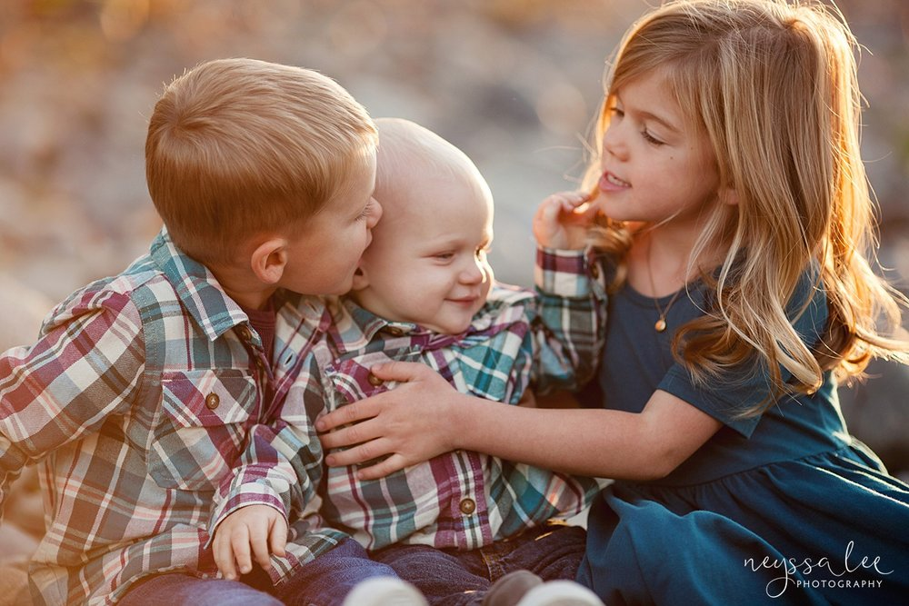 Snoqualmie Family Photographer, Neyssa Lee Photography, Family of 5, sibling hugs