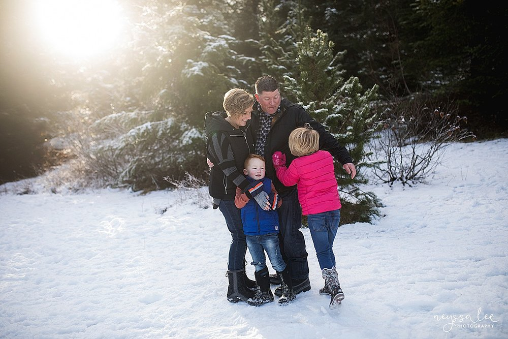 neyssa_Lee_Photography_Snoqualmie_pass_family_photographer_lifestyle_family_photos_in_mountains