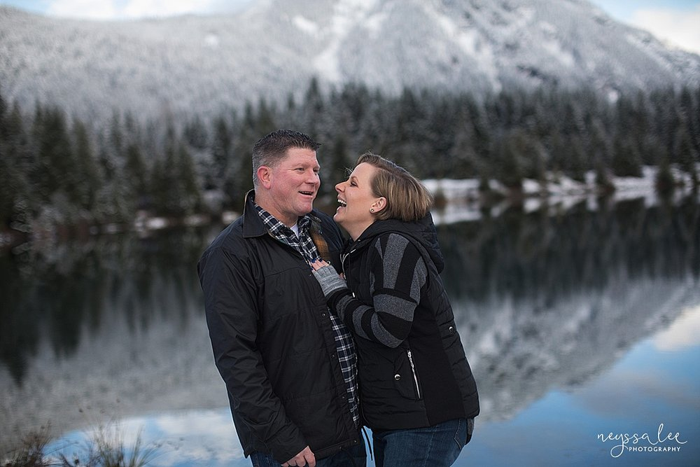 neyssa_Lee_Photography_Snoqualmie_pass_family_photographer_mom_and_dad_in_snowy_mountains
