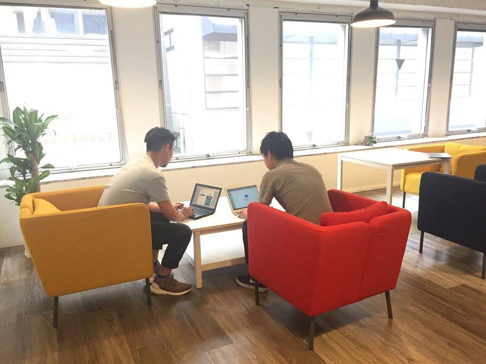会社にとって、メンバーのサービスや未来への共感ほど強いモチベーションはないと考えています。プロダクトやビジネスに汎用性や自由度、発展性を担保することで、メンバーと共にビジョンを描き事業を進められるようにトライしています。  メンバーの発想・熱意・クリエイティビティに勝るものはありません。メンバーの力を会社に直結できるようマネジメントなどの中間レイヤーを極力排除し、全ての権限を渡してトライできる環境にチャレンジしています。  事業はスピードが命です。そしてスピードの源泉はTry & Errorによ