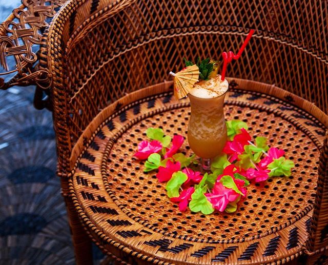 Your Painkiller awaits on a peacock chair throne at LONO 🌺 Because you're royalty #sundaymode #lonohollywood
