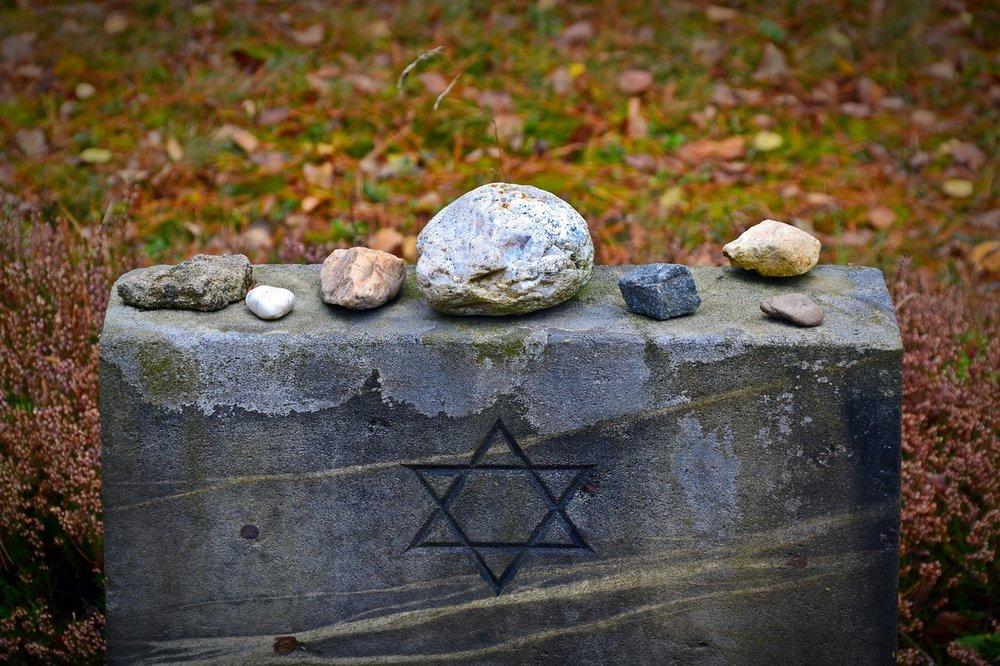 tombstone-1735443_1280.jpg