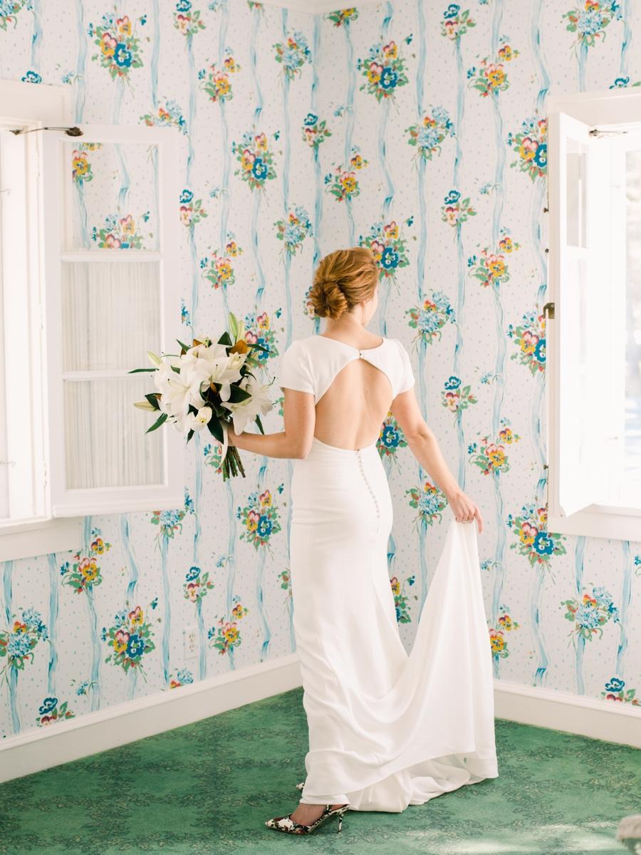 09-minimalist-backless-wedding-dress.jpg