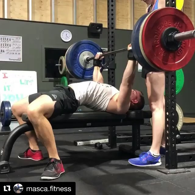 Elbow position can kill a bench, but it's rarely the elbows you have to fix but rather the tightness at the bottom position before you initiate the press. Long pauses and some body awareness can highlight the problem and fix it long term. @masca.fitness fixed it in a week. Swipe right to see the set he failed a week earlier and watch the elbow drift. Miles is winning at technique adjustments lately. . . . . . . . . . . . . . . . . . . . . #repost After failing these triples the previous week, I was really happy with how these moved. 3x3 long pauses @ 117.5kg. @barbell_samurai_coach_steve had spotted some instability in my elbows while I was pausing which was compromising my press. During this session I was focussed on staying tight and holding my position, and the sets were a lot cleaner as a result