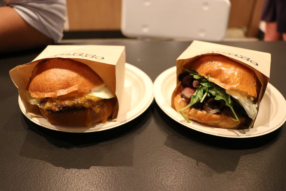 Eggslut(エッグスラット):右チーズバーガー、左ガウチョ