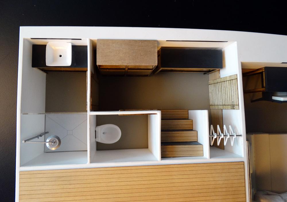 Cuarto de baño y espacio de almacenamiento para hacer la vida sobre el agua cómoda