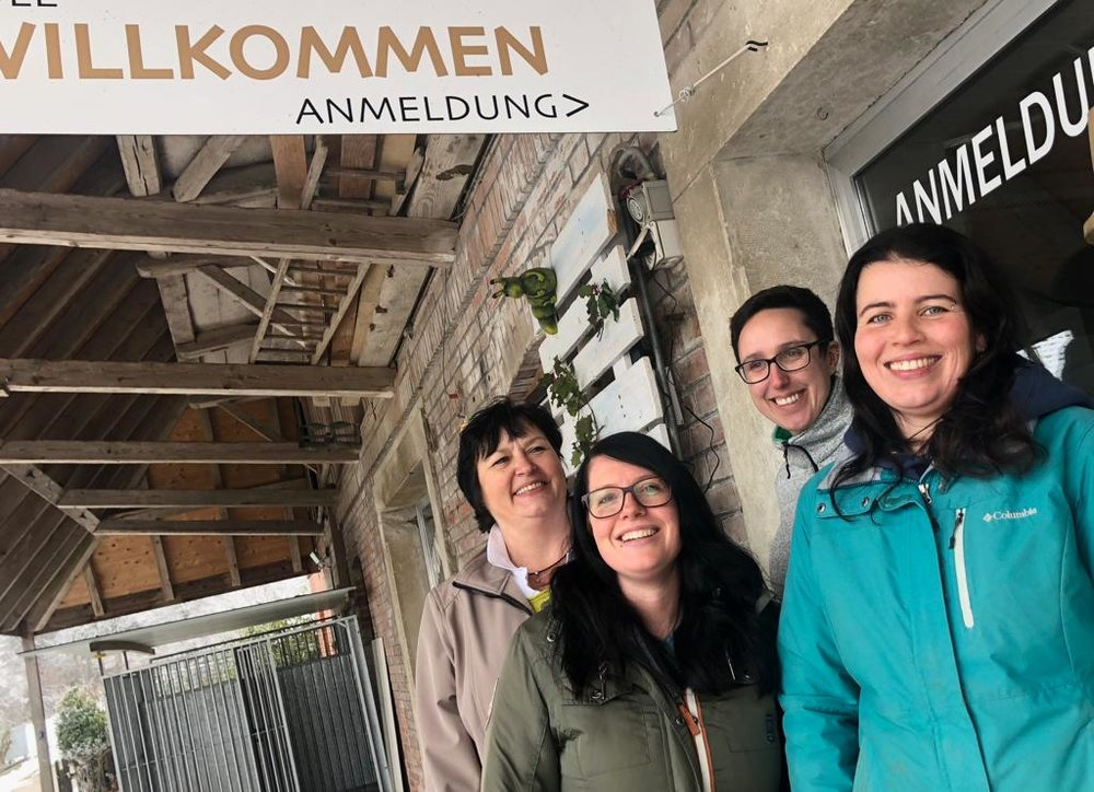 Von rechts nach links: Sabine Hess, Alice Rindlisbacher (Inhaberin), Ramona Burri und links aussen die Hunde-Coiffeuse Petra Frey.
